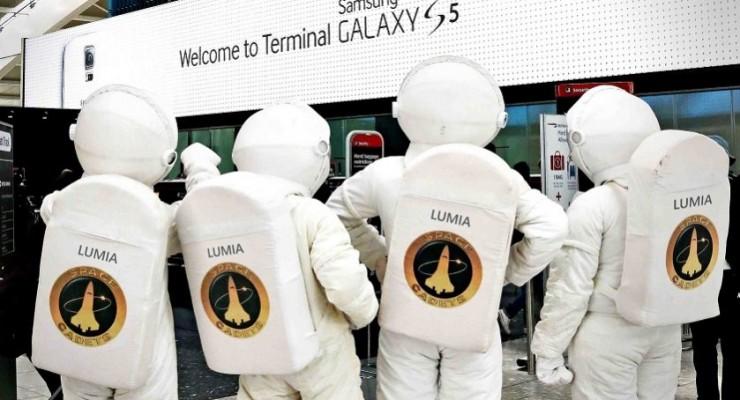 """Microsoft """"trolea"""" a Samsung en el aeropuerto de Heathrow"""